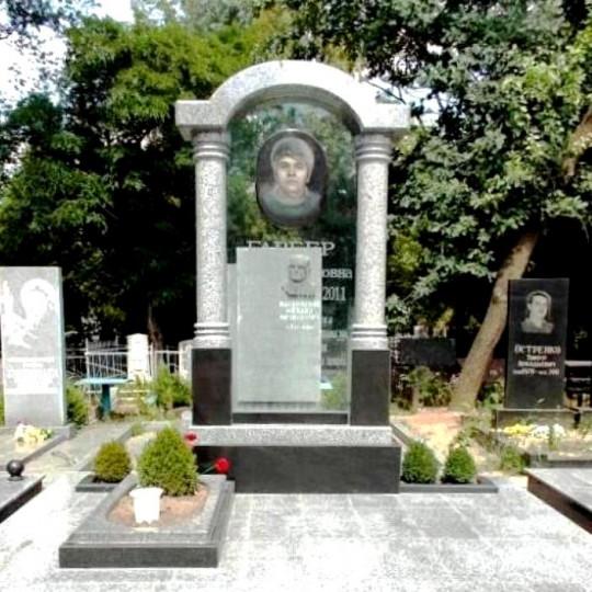 Эксклюзивный памятник в виде арки с цветным портретом