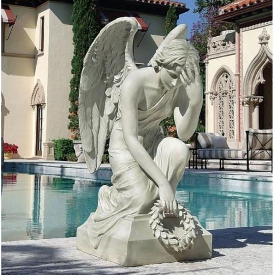 Памятник со скульптурой скорбящего ангела с венком ts0232