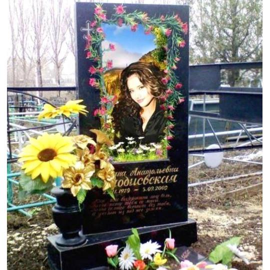 Памятник вертикальный из черного гранита с цветным портретом ts0162