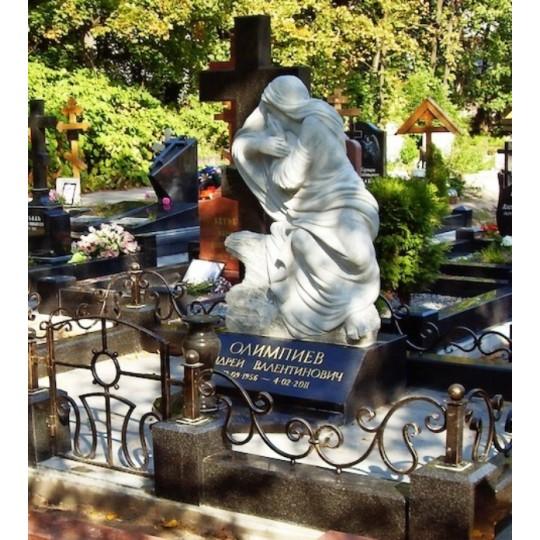 Надгробный памятник с Крестом и статуей Скорбящей