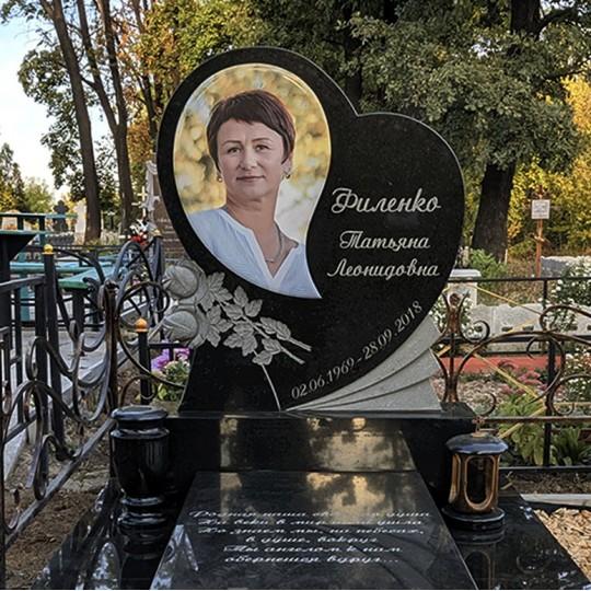 Памятник в форме Сердца с резными розами на могилу
