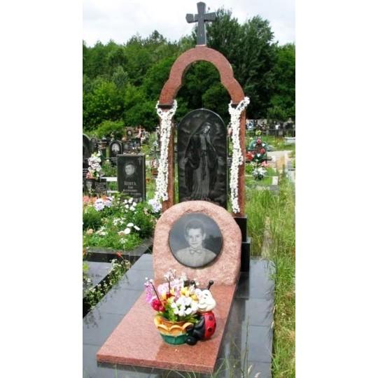 Памятник на могилу из красного гранита с гравировкой Скорбящей матери
