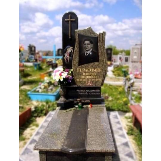 Памятник из черного и зеленого гранита на могилу