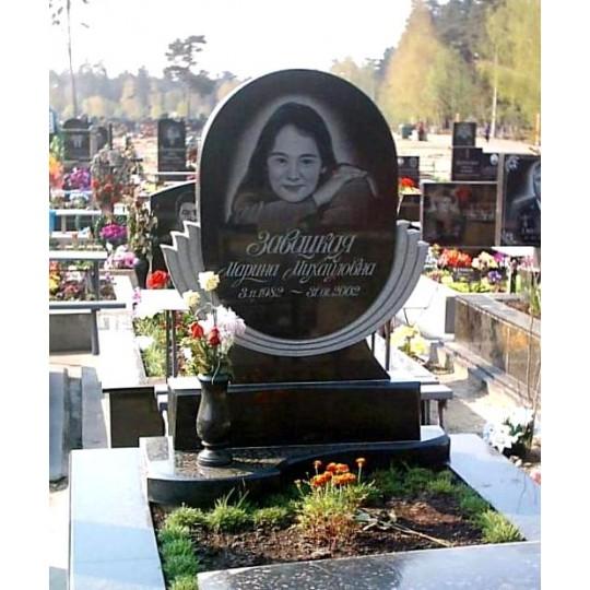 Круглый гранитный памятник на могилу дочери