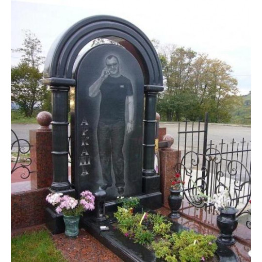 Памятник Арка с колоннами из габбро-диабаза ts0579